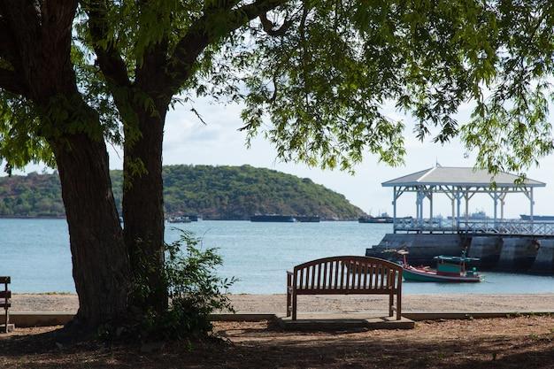 公園のベンチ。