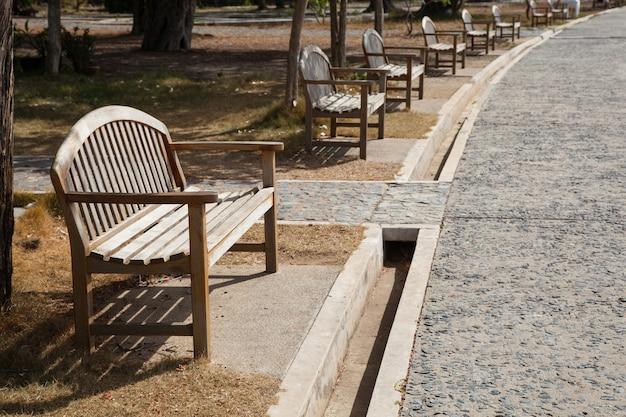 Деревянная скамья расположена рядом с коридором.