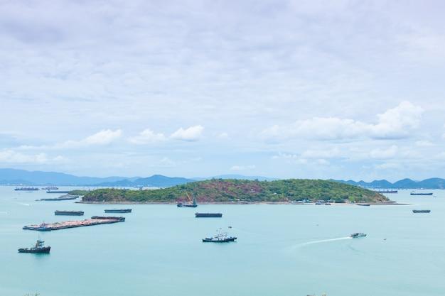 海の大きな貨物船。