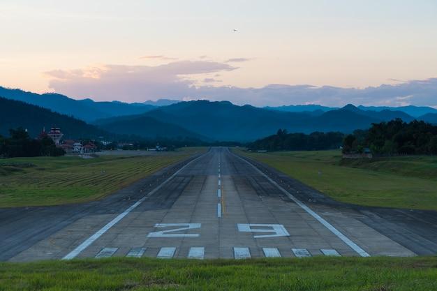 空港滑走路の夕日。
