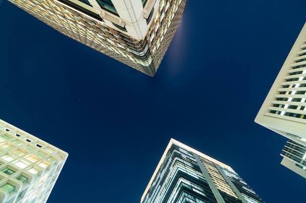 超高層ビルの夜。