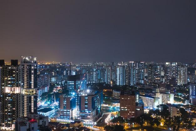 夜のシンガポールの高層ビル