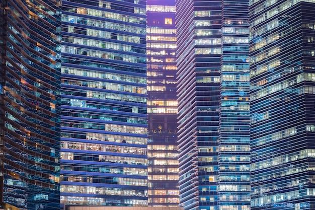 窓の高層ビルの照明。