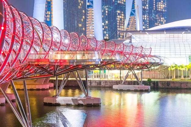 Спираль мост ночью в сингапуре