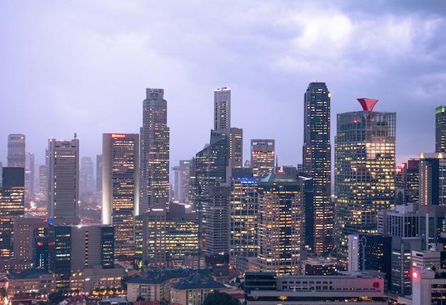 高層ビルとシンガポールの街の夜のスカイライン。