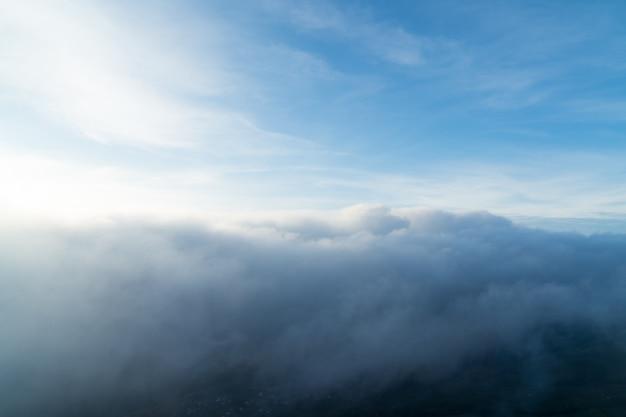 朝の山の霧。