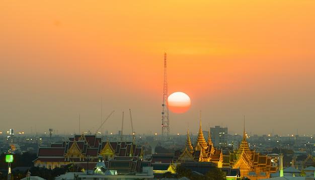 日没のバンコク市内。