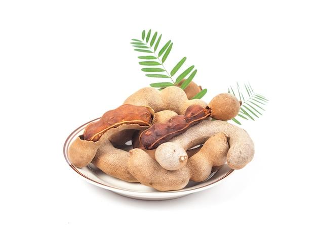 タマリンド - 甘い熟したタマリンドと白い背景に隔離されています。