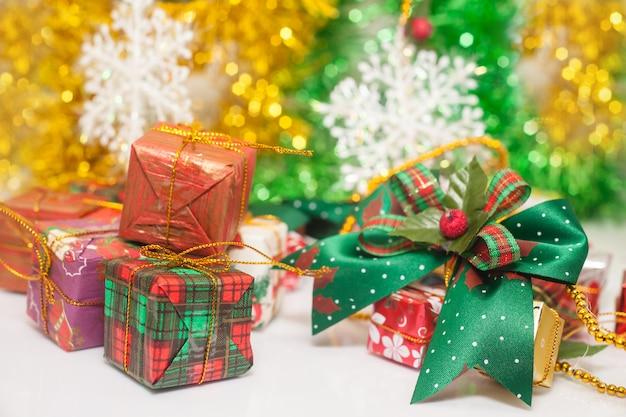 白い床とテーマの背景にクリスマスのギフトボックス。