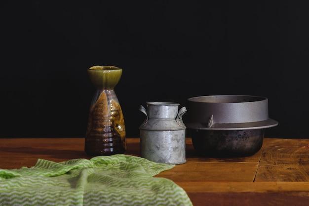 静物ビンテージ缶とテーブルの上の金属の鍋。