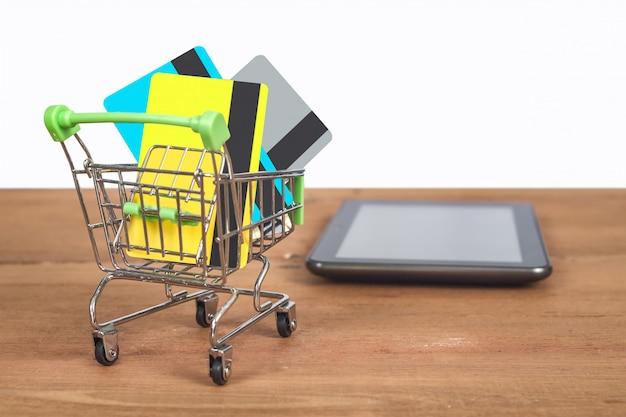 ショッピングカートのトロリーにクレジットカードまたはデビットカード。
