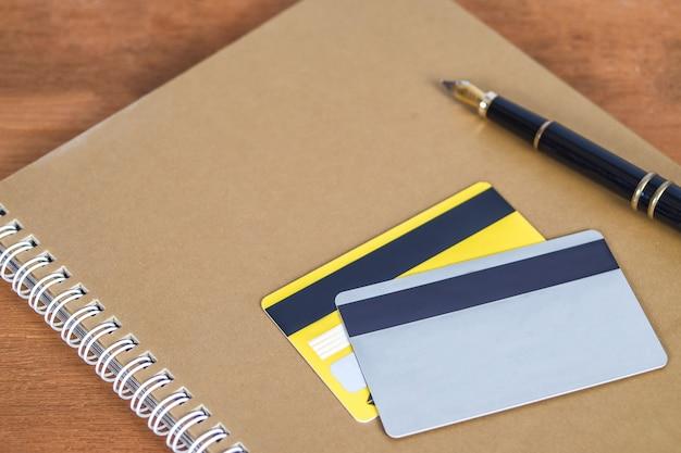 オンラインの概念をショッピング、作業テーブルの上のクレジットカードまたはデビットカード。