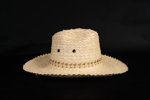 背景に竹の木から手作りの帽子。