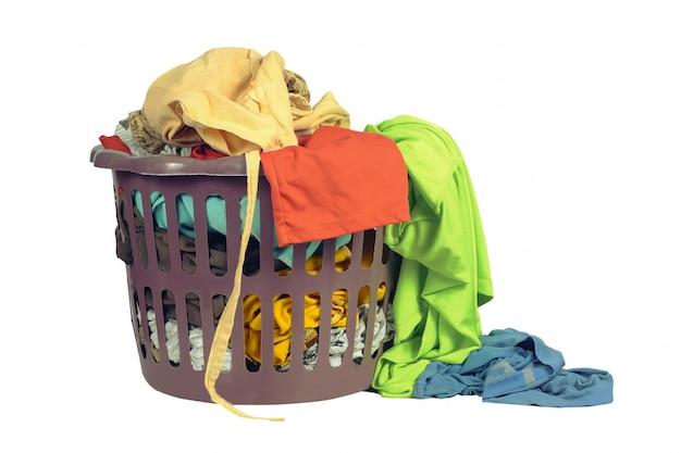 Корзина с одеждой для рук стирка или стирка в стиральной мастерской на белом