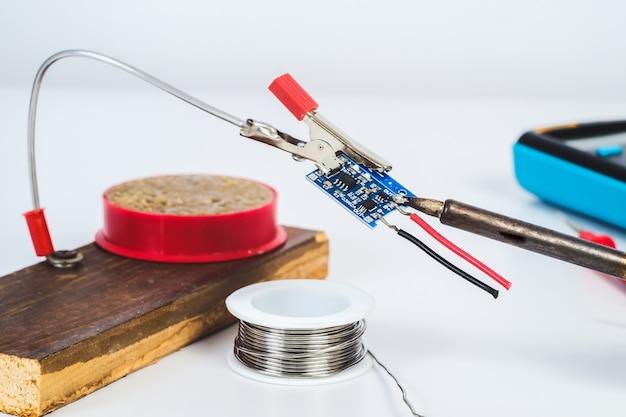 白の修理電子ボードの手作りホルダー。