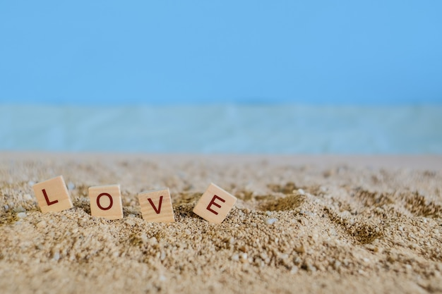 熱帯の砂浜、愛の概念、ソフトフォーカスと木のテキストが大好きです。