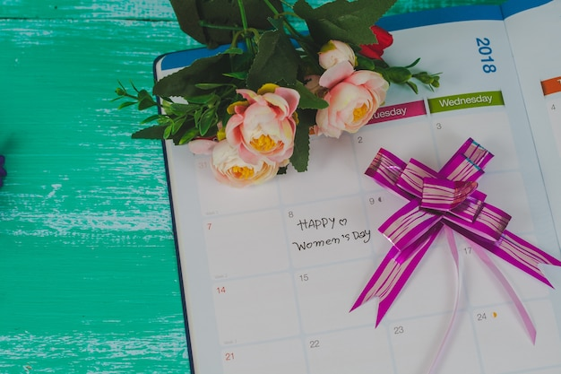 Счастливая записка женщин в календаре.