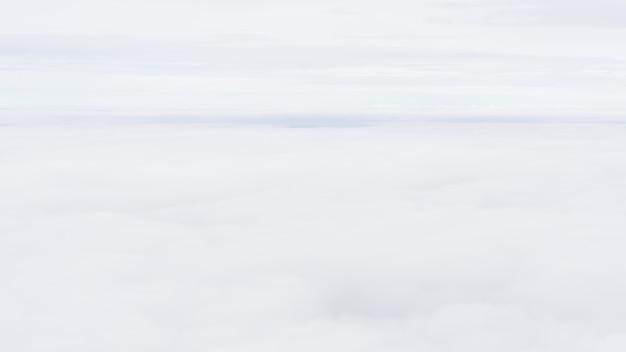 背景画像として使用するための白い雲の背景。