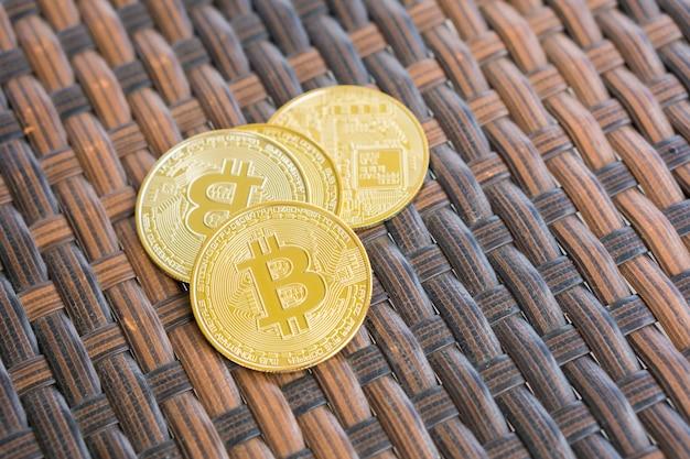 Золотая биткойн цифровая валюта на столе.