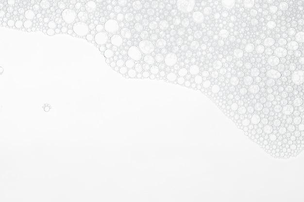 Пена пузырьков с мылом или шампунем мыть на белом фоне.