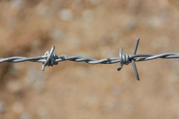 Колючий забор с грунтом
