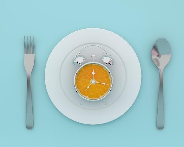 青色のスプーンとフォークでプレートに新鮮なオレンジスライスの目覚まし時計。最小コンセプト