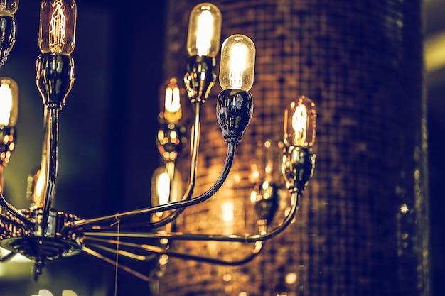 Красивый ретро люкс, свет лампы, декор светящийся, лампа, горящая подсветка