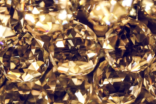 クリスタルガラスのきらびやかなシャンデリア、シャンデリアまたは燭台ランプ、または最も一般的に中断されたライトにクローズアップ