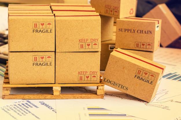 Мини картонные коробки группировки финансовых инвестиционных продуктов на деревянный поддон. идеи для формирования портфеля активов, которые принадлежат непосредственно инвесторам. ожидаемый доход максимизирован.