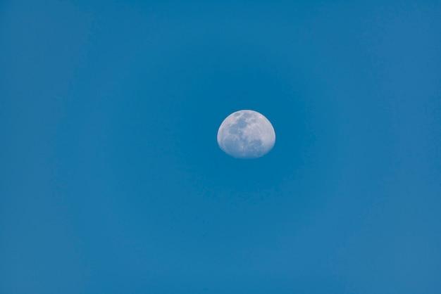 青い空の月