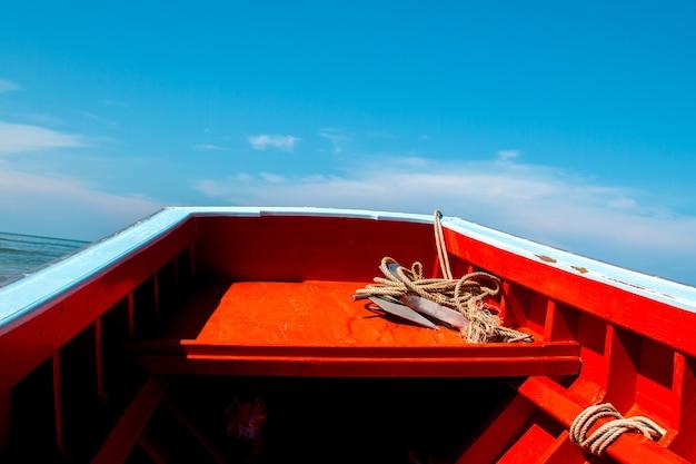 海で魚を見つけるための乗り物として使われるタイの漁船