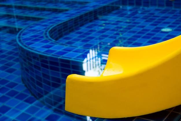 Бассейн слайд плавательный общественный бассейн слайд синий вода на открытом воздухе
