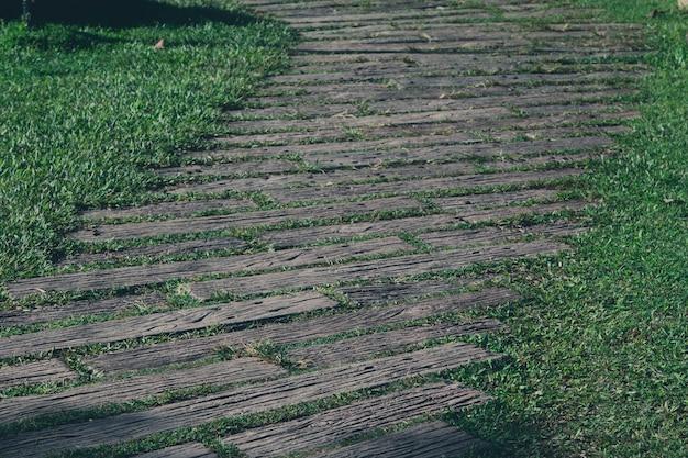 庭園の通路、緑の芝生、木製の床の通路