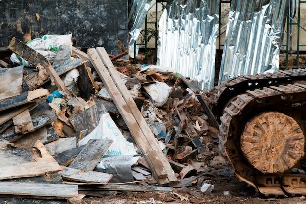 埋立地で焼却またはダンプする準備ができている木材の山