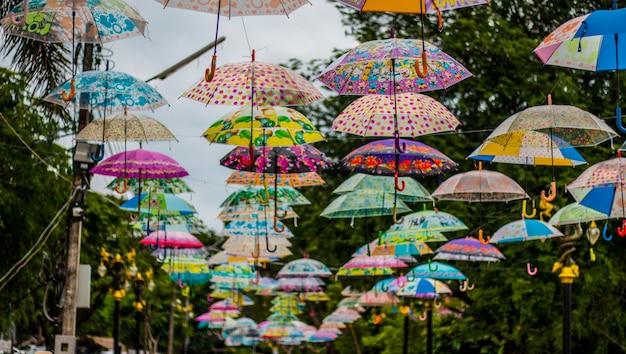 Декоративные красочные зонтики на фоне неба
