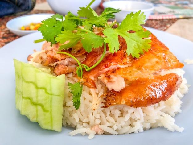Курица с рисом. азиатский стиль хайнань. азиатская еда.