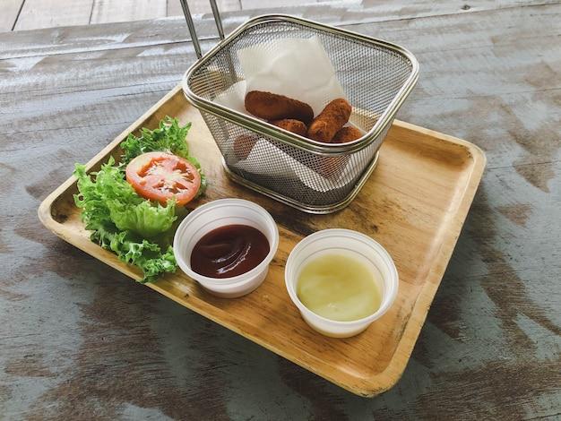 Блинчики с начинкой на деревенском деревянном столе