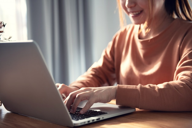 Молодой профессиональный женский менеджер, используя ноутбук