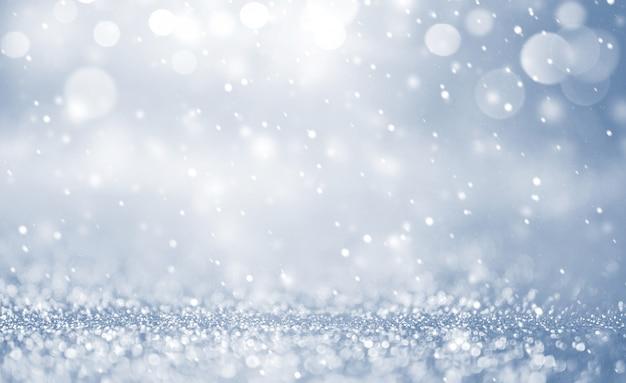 雪、雪の結晶をクリスマスの背景。メリークリスマスと新年あけましておめでとうございますの休日冬。