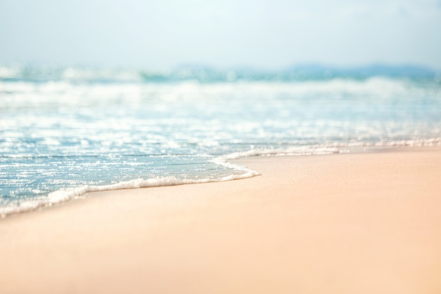 Макро мягкая волна моря на песчаном пляже.