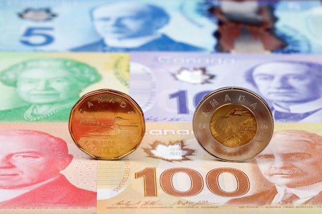Монеты канадского доллара на банкнотах