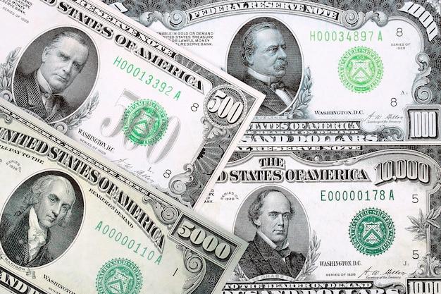 背景のアメリカドルの高額紙幣