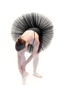 白い背景にポーズをとるバレエダンサー