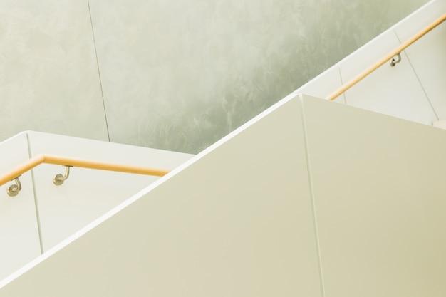手すりと花崗岩の階段の幾何学的な線