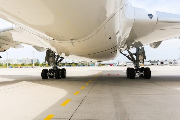 Двигатель современного пассажирского реактивного самолета. вращающиеся лопасти вентилятора и турбины.