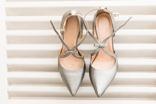 女性のための白い結婚式の靴のペア