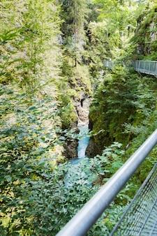 Мосток через горло пересекает зеленые долины на реке