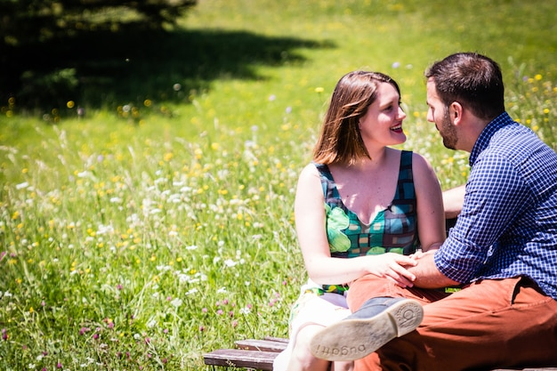 アルプスの山々での休日に幸せな恋人たち