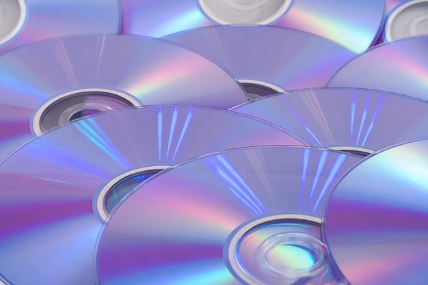 Компакт-диск, разбросанный по полу