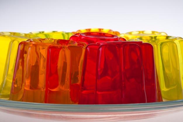 Цветной фруктовый желе на белом фоне
